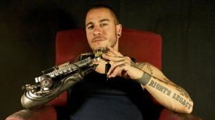Perdió el brazo de niño y  hoy es uno de los tatuadores más buscados por la gente