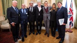 Distinguen a Roger Waters por su apoyo a la identificación de los soldados argentinos de Malvinas