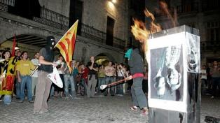 Condenan al país por imponer la cárcel a jóvenes que quemaron fotos de los reyes