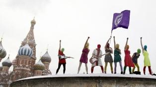 Activista de Pussy Riot condenado a prisión por colgar banderas arcoiris en edificios públicos rusos