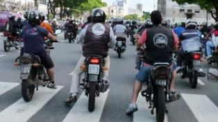En un plazo de 60 días, los conductores de mensajerías deberán circular con casco y ropa adecuada