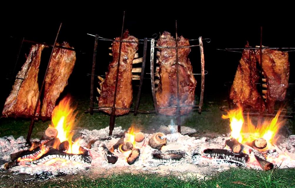 El asador en cruz, una de las tradiciones de la región central del país.