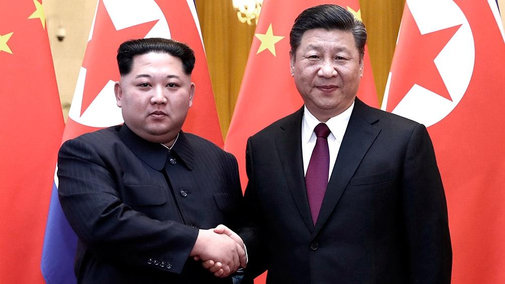 Kim Jong-un y Xi Jinping tras mantener una reunión en Beijing