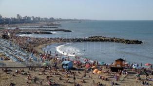 Inauguran dos playas públicas equipadas con sombrillas y servicios