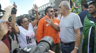 Tensa espera de adherentes y detractores de Lula en Curitiba