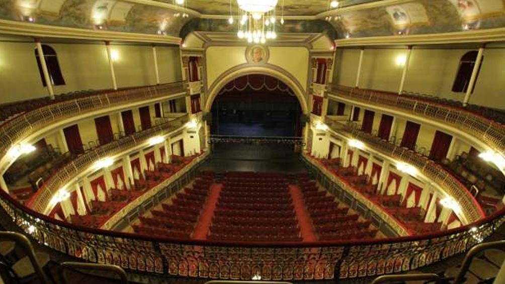 """""""El Teatro Municipal Coliseo Podestá es un lugar emblemático para todos los platenses"""", indicó Raúl Cadaá."""