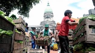 Instalan una feria de alimentos saludables en Plaza Congreso y entregan gratis a jubilados