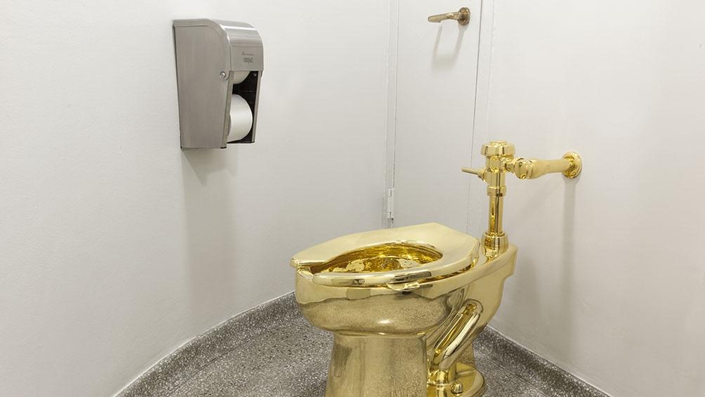 """""""La esencia misma del capitalismo"""": un inodoro de 18 quilates de oro bautizado """"América""""."""