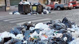 Los recolectores de residuos comenzaron un paro en la ciudad ante la falta de pago de un bono