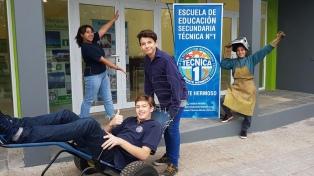 Alumnos de una escuela técnica fabrican sillas de ruedas aptas para circular en la arena
