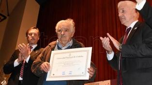 """José """"Pepe"""" Mujica recibió el doctorado Honoris Causa de la universidad"""
