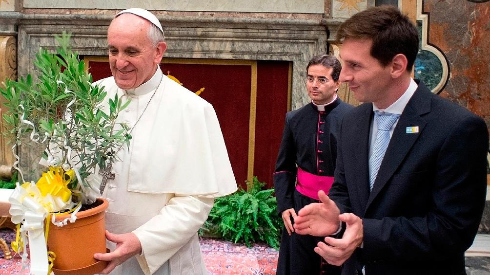 Lionel Messi le regaló un olivo al Papa, que luego fue plantado en el estadio Olímpico de Roma.