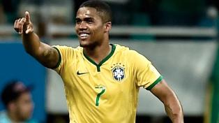 Brasil tiembla por una lesión de Douglas Costa