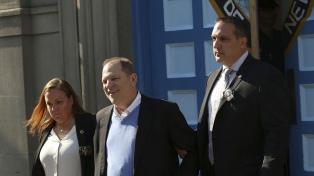 Weinstein se entregó y lo procesaron por violación, aunque quedó libre bajo fianza