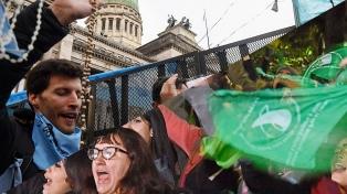 """""""Verdes"""" y """"celestes"""" se manifestaron a un año del rechazo del Senado"""