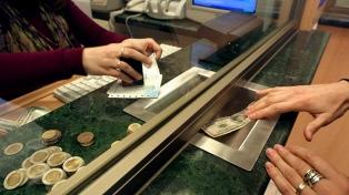 El dólar cedió cinco centavos y cerró a $63,21