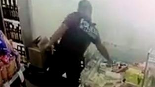 Desafectan a un policía que fue grabado robando jamón en un supermercado