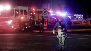 Familiares buscan a sus seres queridos tras la masacre en California