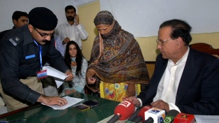 "La católica Asia Bibi abandonó Pakistán tras su calvario por ""blasfemia"""