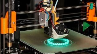 Alumnos crearon una mano con una impresora 3D para un joven que nació sin dedos