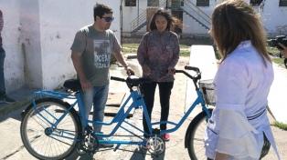 Internos de la cárcel de San Nicolás fabricaron una bicicleta para a un joven ciego
