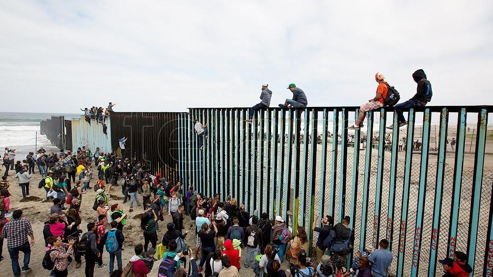 Miles de personas han muerto tratando de cruzar la frontera protegida por el extenso muro.