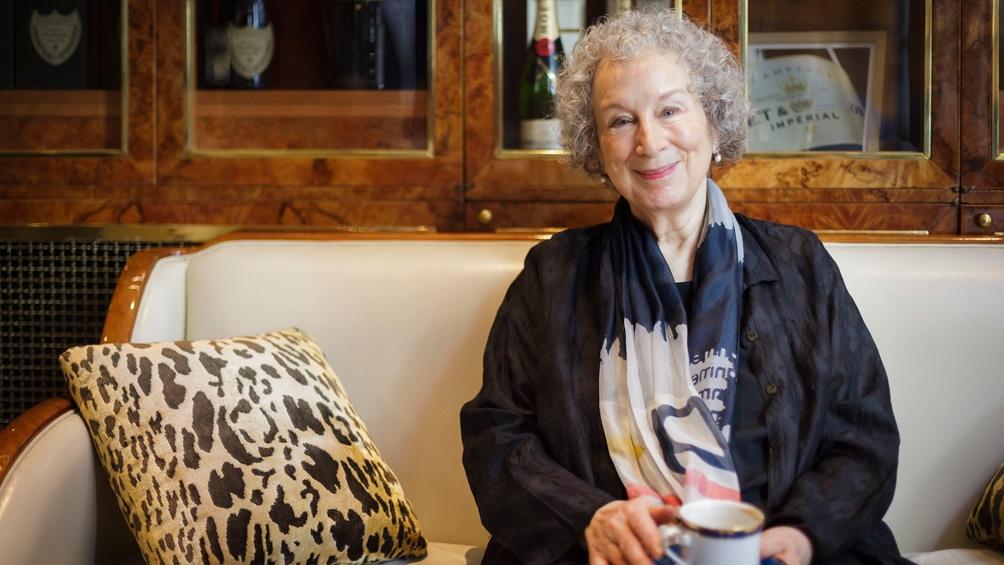 Margaret Atwood, autora de la novela que dio lugar a la serie, instaló con su ficción todo un símbolo de época.