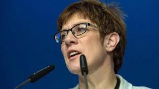 La elegida por Merkel como su sucesora renunció a la cúpula del partido y desató una crisis