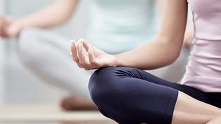 Alumnos mejoran el comportamiento y rendimiento con meditación y yoga