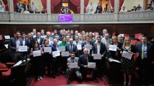 """Senadores bonaerenses se solidarizaron con Fardín y portaron carteles con """"No es No"""""""