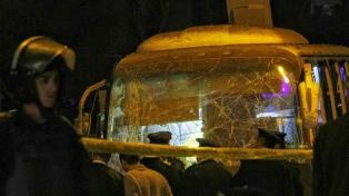 Explotó un micro de turistas cerca de las pirámides de Guiza: hay cuatro muertos