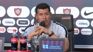 """Almirón: """"La búsqueda de jugadores está por los costados"""""""