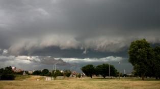 Alerta por tormentas fuertes con ráfagas de viento en el centro y parte del este del país