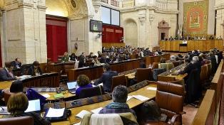 La ultraderecha debutó en el parlamento andaluz e insistió en derogar leyes de género