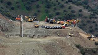 Los mineros bajaron al túnel para el rescate del niño que cayó en un pozo