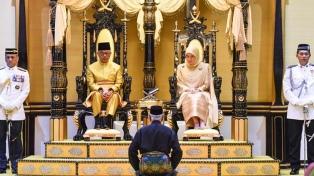 El sultán Tengku Abdullah fue nombrado rey, tras la renuncia del antiguo monarca