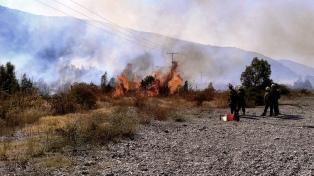 Recomiendan extremar medidas de seguridad por el incendio en cercanías de Lago Puelo