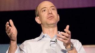 Jeff Bezos sigue siendo el empresario más rico del mundo, según la revista Forbes