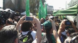 Incidentes entre policías y feriantes que armaban un verdurazo en Constitución