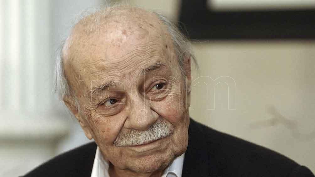 El escritor nació en Rojas, el 24 de junio de 1911 y ganó en 1984 el Premio Miguel de Cervantes.