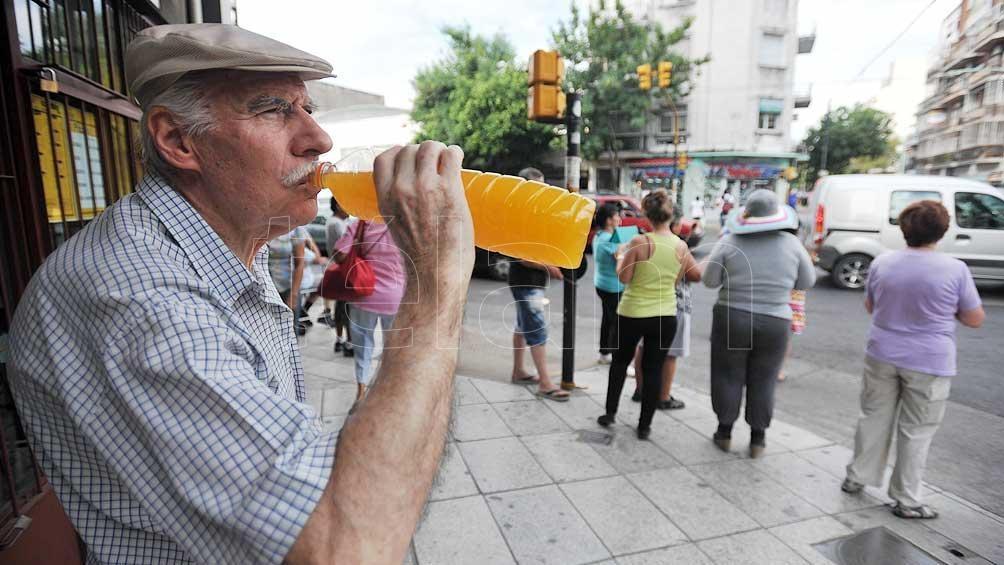 """Es aconsejable """"aumentar el consumo de líquidos sin esperar a tener sed."""