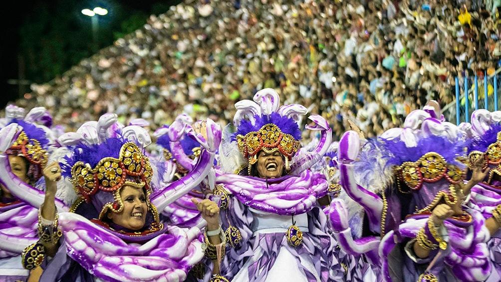 Son tradicionales y mundialmente famosos los desfiles del Carnaval de Río