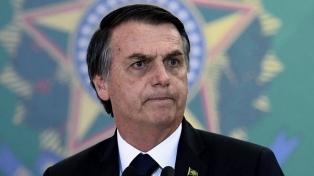 Bolsonaro defiende al gurú de la derecha en una pelea con el ala militar con el gobierno