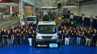 Mercedes Benz comenzó a producir un camión liviano en su planta de Virrey del Pino