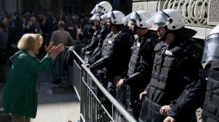 Crece la tensión en medio de masivas protestas y represión