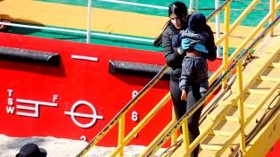 Migrantes náufragos secuestran durante algunas horas un barco petrolero