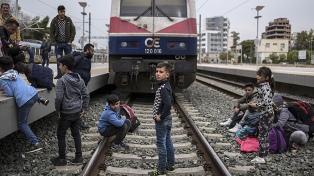 Refugiados exigen llegar a la frontera y bloquean vías de tren