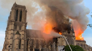 Con sacerdotes con casco de obra, Notre Dame volvió a celebrar una misa