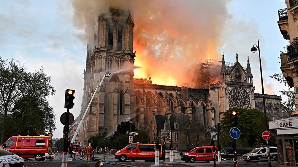 El 15 de abril de 2019, un incendio arrasó la estructura de madera de la catedral de Notre Dame.