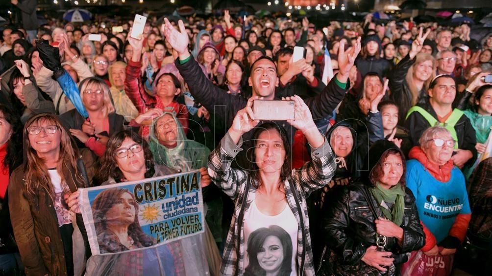 """El lanzamiento de """"Sinceramente, de Cristina Fernández, se convirtió en un evento político."""